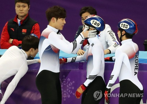 South Korean short track speed skater Kim Do-kyoum (2nd from L) consoles teammate Lim Hyo-jun after Lim fell during the final of the men's 5,000-meter relay of the PyeongChang Winter Olympics at Gangneung Ice Arena in Gangneung, Gangwon Province, on Feb. 22, 2018. (Yonhap)