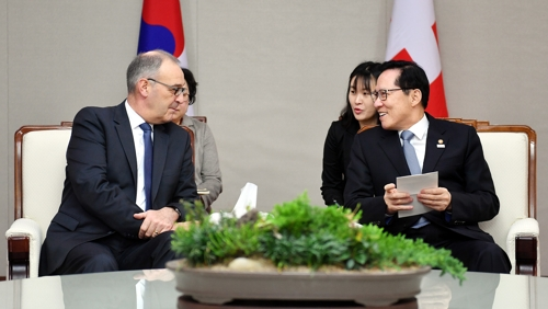 South Korean Defense Minister Song Young-moo (R) talks with his Swiss counterpart Guy Parmelins in Seoul on Feb. 23, 2018, in this photo released by the defense ministry. (Yonhap)