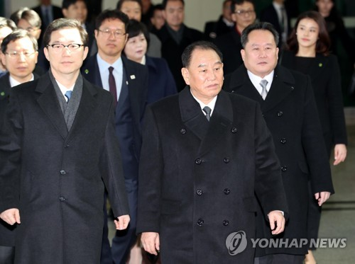 This photo, taken Feb. 25, 2018, shows Kim Yong-chol (C), the head of North Korea's high-level delegation to the PyeongChang Winter Olympics' closing ceremony, arriving at an inter-Korean border checkpoint in South Korea. (pool photo) (Yonhap)