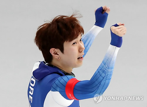 South Korean male speed skater Kim Tae-yun cheers after winning bronze in the men's 1,000 meter race at the PyeongChang Winter Olympics, held at the Gangneung Oval, located in Gangneung, around 240 kilometers east of Seoul. (Yonhap)