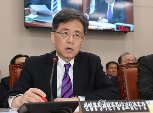 S. Korea's trade minister, Kim Hyun-chong, speaks at a parliamentary session in Seoul on Feb. 21, 2018. (Yonhap)