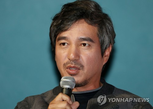 """Actor Cho Jae-hyun talks during a media event for the play """"Grandpa Henry and I"""" in Seoul on Nov. 15, 2017. (Yonhap)"""