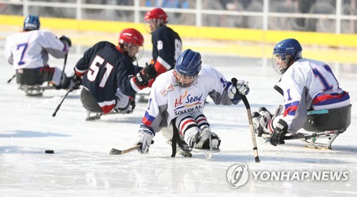 Para ice hockey players compete in an exhibition match at a special ice rink in front of Seoul City Hall in Seoul to promote the PyeongChang Paralympic Winter Games on Feb. 26, 2018. (Yonhap)