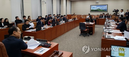 The parliament's environment and labor committee holds a session to deliberate on a bill on working hours at the National Assembly in Seoul on Feb. 27, 2018. (Yonhap)