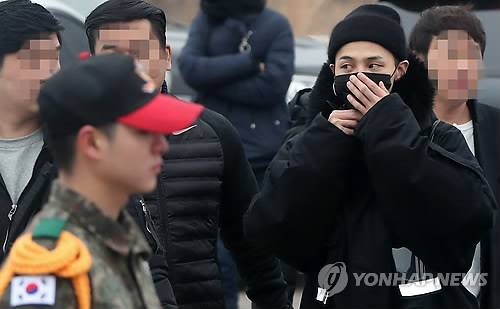 K-pop singer G-Dragon (second from R) arrives at an Army basic training camp in Cheorwon, 90 kilometers north of Seoul, on Feb. 27, 2018, to begin his mandatory military service. (Yonhap)