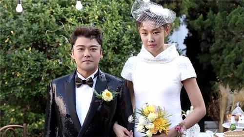 "A captured image of Jun Hyun-moo (L) and Han Hye-jin (R) shows the two while they appear on MBC's reality show ""I Live Alone."" (Yonhap)"