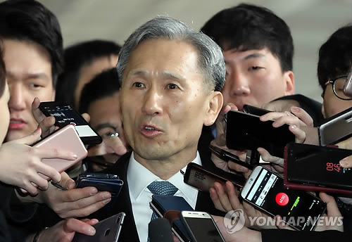 Former Defense Minister Kim Kwan-jin answers reporters' questions at the Seoul Central District Prosecutors' Office on Feb. 27, 2018. (Yonhap)