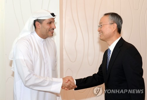 Paik Un-gyu, Minister of Trade, Industry and Energy, shakes hands with Khaldoon Khalifa Al Mubarak, chairman of the Executive Affairs Authority of Abu Dhabi, during a meeting at Mubarak's office on Feb. 27, 2018, in this photo provided by the ministry. (Yonhap)