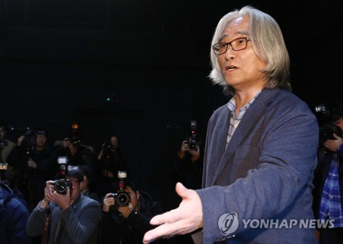 Lee Youn-taek, a prominent playwright and director, speaks during a news conference in Seoul on Feb. 19, 2018 to apologize for his sexual abuse (Yonhap)