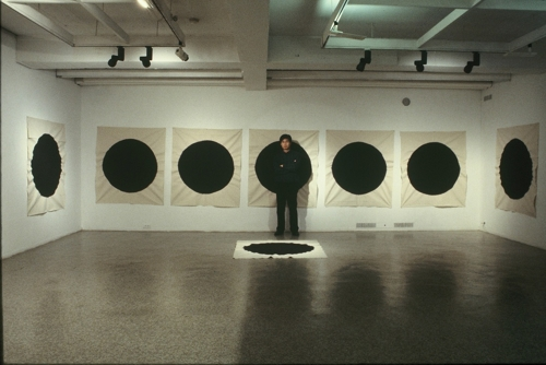 The artist Yoon Yang-ho stands in front of one of his painting series in 1994 in this photo provided by Gallery Bisunjae in Seoul. (Yonhap)