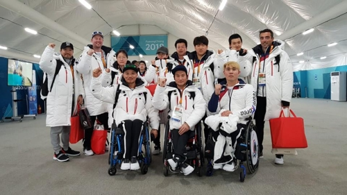 The South Korean alpine skiing team for the PyeongChang Winter Paralympics poses for the camera upon arriving at the PyeongChang Athletics' Village in PyeongChang, Gangwon Province, on March 3, 2018, in this photo provided by the team's head coach Kim Nam-je. (Yonhap)