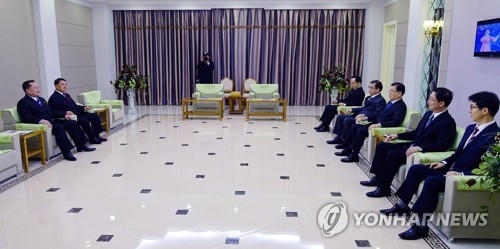 This photo, provided by South Korean presidential office Cheong Wa Dae, shows Kim Yong-chol (L), North Korea's point man on South Korea, holding a meeting with special envoys of South Korean President Moon Jae-in at a Pyongyang Hotel on March 5, 2018. (Yonhap)