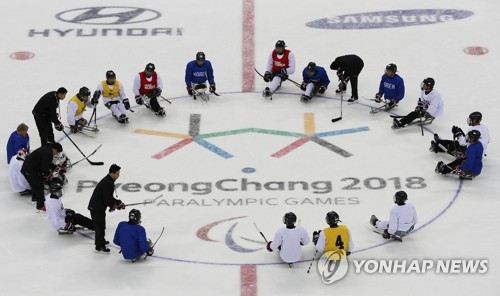 South Korea's ice sledge hockey players for the PyeongChang Paralympic Winter Games form a circle at Gangneung Hockey Centre in Gangneung, Gangwon Province, on March 6, 2018. (Yonhap)