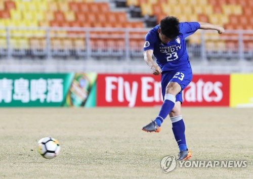 Suwon Samsung Bluewings left back Lee Ki-je shoots to score his side's first goal against Shanghai Shenhua during their Asian Football Confederation Champions League Group H match at Suwon World Cup Stadium in Suwon, Gyeonggi Province, on March 7, 2018. (Yonhap)