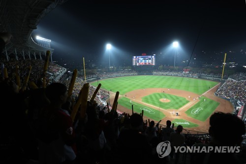 This file photo, taken on Oct. 25, 2017, shows a sold-out crowd  of 19,600 at Gwangju-Kia Champions Field in Gwangju before Game 1 of the 2017 Korean Series between the home team Kia Tigers and the Doosan Bears. (Yonhap)