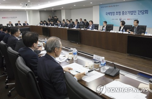 This photo taken on March 8, 2018, shows participants at a meeting between Han Seung-hee, commissioner of the National Tax Service, and leaders of small businesses in Seoul. (Yonhap)