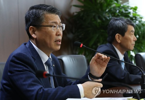In this photo taken March 8, 2018, Eun Sung-soo, chairman and president of Korea Eximbank, delivers a briefing on the fate of Sungdong Shipbuilding & Marine Engineering at a press conference held in Yeouido, Seoul. (Yonhap)