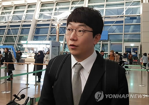 In this file photo taken Jan. 31, 2018, Kia Tigers pitcher Yang Hyeon-jong speaks to reporters at Incheon International Airport before departing for the club's spring training site in Okinawa, Japan. (Yonhap)