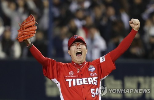 In this file photo taken Oct. 30, 2017, Yang Hyeon-jong of the Kia Tigers celebrates his team's 7-6 win over the Doosan Bears in Game 5 of the Korean Series at Jamsil Stadium in Seoul. Yang picked up the save with a scoreless ninth inning in the Tigers' title-clinching victory. (Yonhap)