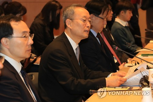 Paik Un-gyu, minister of trade, industry and energy, speaks during a meeting with senior officials from Korean steelmakers at the Convention and Exhibition Center (COEX) in Seoul on March 9, 2018. (Yonhap)