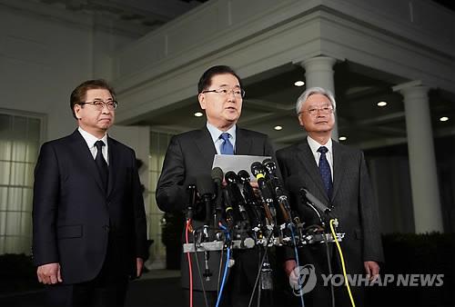 This AFP photo shows South Korea's national security adviser, Chung Eui-yong (C), flanked by National Intelligence Service chief Suh Hoon (L) and South Korean Ambassador to the U.S. Cho Yoon-je, announcing the outcome of his meeting with U.S. President Donald Trump at the White House in Washington on March 8, 2018. (Yonhap)