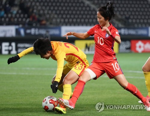 In this file photo, taken on Dec. 15, 2017, South Korean midfielder Lee Min-a (R) battles Ren Guixin of China during their match at the East Asian Football Federation (EAFF) E-1 Football Championship at Soga Sports Park in Chiba, Japan. (Yonhap)