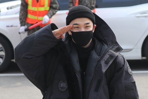 Taeyang, singer of K-pop group BIGBANG, gives a salute to fans before enlisting in the Army at the 6th Infantry Division base in Cheorwon, 88 kilometers northeast of Seoul, on March 12, 2018. (Yonhap)