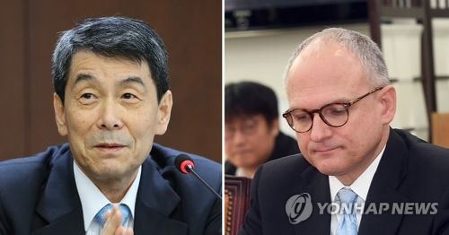 These photos show KDB Chairman and CEO Lee Dong-gull (L) and GM Executive Vice President Barry Engle. (Yonhap)