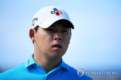 In this Getty Images file photo, taken on Jan. 7, 2018, Kim Si-woo of South Korea prepares to tee off on the first tee during the final round of the Sentry Tournament of Champions on the PGA Tour at Plantation Course at Kapalua Golf Club in Lahaina, Hawaii. (Yonhap)