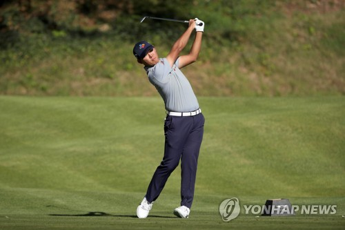 In this Getty Images file photo, taken on Feb 16, 2018, Kim Si-woo of South Korea hits a shot on the sixth hole during the second round of the Genesis Open on the PGA Tour at Riviera Country Club in Pacific Palisades, California. (Yonhap)