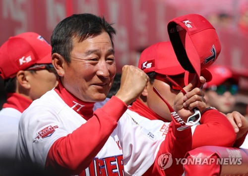 Kim Ki-tai, manager of the Kia Tigers in the Korea Baseball Organization, prepares for the start of a preseason game against the Doosan Bears at Gwangju-Kia Champions Field in Gwangju on March 13, 2018. (Yonhap)