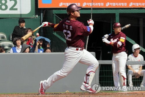 Park Byung-ho of the Nexen Heroes watches his solo home run against the Hanwha Eagles during their Korea Baseball Organization preseason game at Hanwha Life Eagles Park in Daejeon on March 13, 2018. (Yonhap)