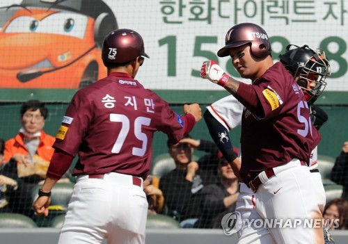 Park Byung-ho of the Nexen Heroes (R) celebrates his solo home run against the Hanwha Eagles with his first base coach Song Ji-man during a Korea Baseball Organization preseason game at Hanwha Life Eagles Park in Daejeon on March 13, 2018. (Yonhap)
