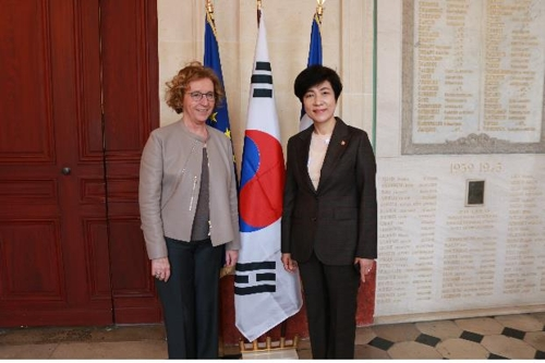 South Korean Labor Minister Kim Young-joo (R) and her French counterpart Muriel Penicaud pose prior to their meeting in Paris on March 13, 2018, in this photo provided by the labor ministry. (Yonhap)
