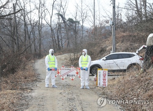 Quarantine officials ban civilian entry to a duck farm in Eumseong in North Chungcheong Province on March 14, 2018, after it was infected with avian influenza. (Yonhap)
