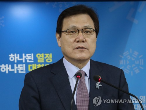 In this photo taken March 14, 2018, Financial Services Commission Chairman Choi Jong-ku answers questions on the government's stance on possible financial support to GM Korea and the planned sale of Kumho Tire to China's Qingdao Doublestar at a press conference held in Seoul. (Yonhap)