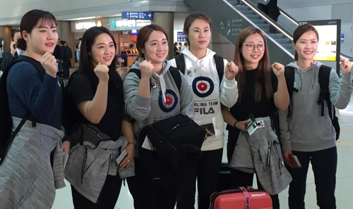 Members of the South Korean women's curling team pose for pictures before leaving Incheon International Airport on March 14, 2018, for North Bay, Canada, where they will compete at the World Women's Curling Championship. From left: Kim Cho-hi, Kim Kyeong-ae, Kim Yeong-mi, head coach Kim Min-jung, Kim Seon-yeong and skip Kim Eun-jung. (Yonhap)