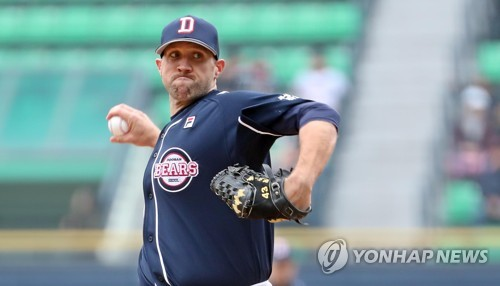 Josh Lindblom of the Doosan Bears throws a pitch against the LG Twins in the teams' Korea Baseball Organization preseason game at Jamsil Stadium in Seoul on March 18, 2018. (Yonhap)