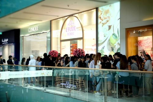 In this photo provided by South Korean cosmetics maker Etude Corp., consumers wait in line to enter its first Etude House store in Middle East, in Dubai on March 17, 2018. (Yonhap)