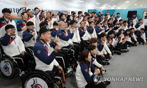 South Korean athletes and coaches for the PyeongChang Winter Paralympics pose for a photo at an event at the athlete's village in PyeongChang, Gangwon Province, on March 19, 2018. (Yonhap)