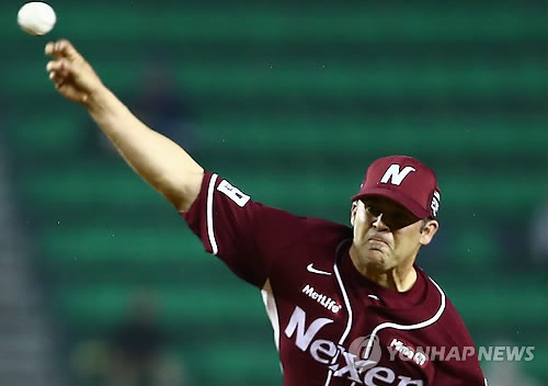 In this file photo taken on April 17, 2014, Brandon Knight, then a starter for the Nexen Heroes, throws a pitch for the LG Twins in a Korea Baseball Organization regular season game at Jamsil Stadium in Seoul. (Yonhap)