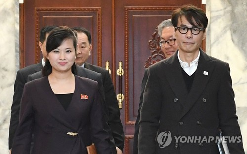 This photo, provided by South Korea's unification ministry on March 20, 2018, shows Yoon Sang (R), a South Korean composer and the chief delegate for inter-Korean talks on a South Korean art troupe's planned performances in Pyongyang, and his North Korean counterpart, Hyon Song-wol, entering a conference room at the Tongilgak administrative building on the northern side of the truce village of Panmunjom. (Yonhap)