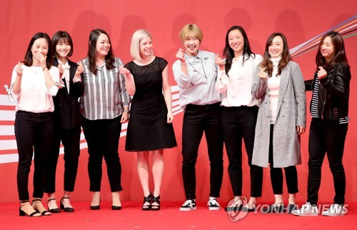 South Korea women's national ice hockey team head coach Sarah Murray (4th from L) poses for a photo with her players during the 23rd Coca-Cola Sports Awards in Seoul on March 21, 2018. (Yonhap)