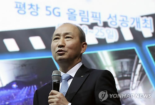 Oh Seong-mok, president of KT Corp.'s network business division, talks to reporters on March 22, 2018. (Yonhap)