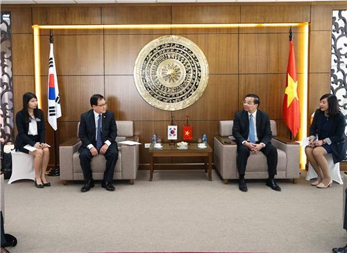Science and ICT Minister Yoo Young-min (L) meets with his Vietnamese counterpart Chu Ngoc Anh in Hanoi on March 22, 2018, in this photo provided by the ministry. (Yonhap)