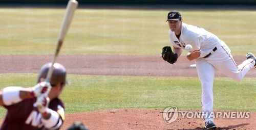 This file photo provided by the Hanwha Eagles baseball club shows starter Jason Wheeler (R) throws a pitch against the Nexen Heroes in a Korea Baseball Organization preseason game at Hanwha Life Eagle Park in Daejeon, 160 kilometers south of Seoul, on March 14, 2018. (Yonhap)