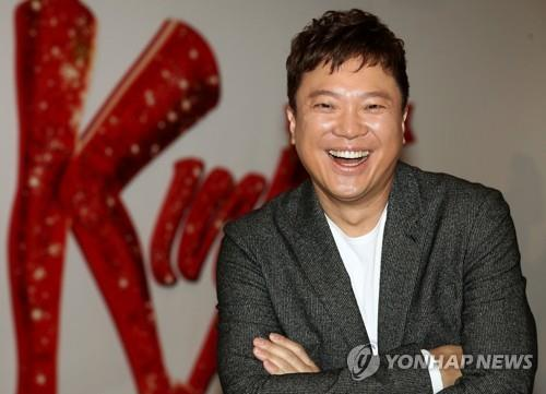 Musical actor Jung Sung-hwa smiles for photos before a recent interview with Yonhap News Agency at Blue Square in Hannam-dong, Seoul. (Yonhap)
