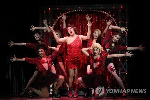 """Musical actor Jung Sung-hwa (C) performs the musical """"Kinky Books."""" (Yonhap)"""