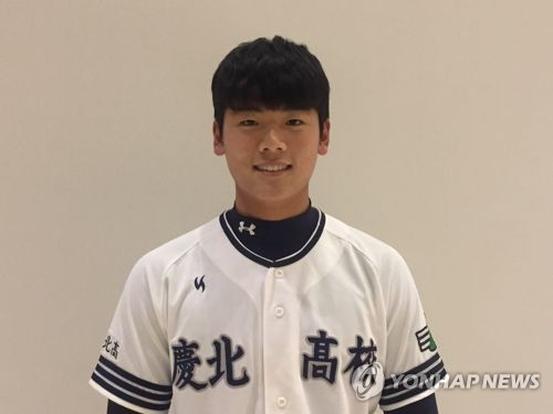 In this file photo from Dec. 18, 2017, South Korean baseball player Bae Ji-hwan poses for a picture after receiving the Lee Young-min Batting Award as the nation's top high school hitter at a ceremony in Seoul. (Yonhap)