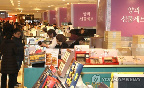 In this file photo, taken Feb. 4, 2018, shoppers browse gift sets at Lotte Department Store in Seoul (Yonhap)